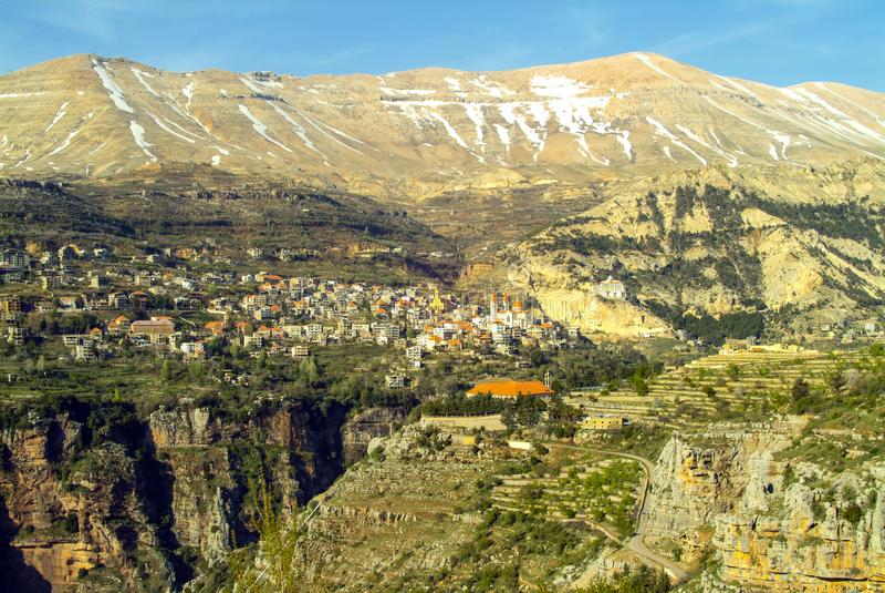 La belle ville de montagne de Bcharre au Liban image libre de droits