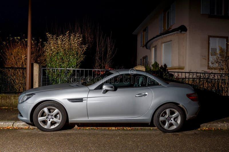 La belle voiture de roadster de Mercedes-Benz SLK a garé dans la ville de nuit image libre de droits