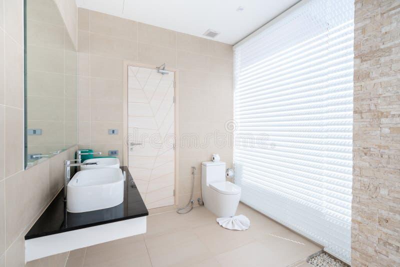 La belle vraie salle de bains int?rieure de luxe comporte le bassin, la cuvette des toilettes dans la maison ou la construction i image libre de droits