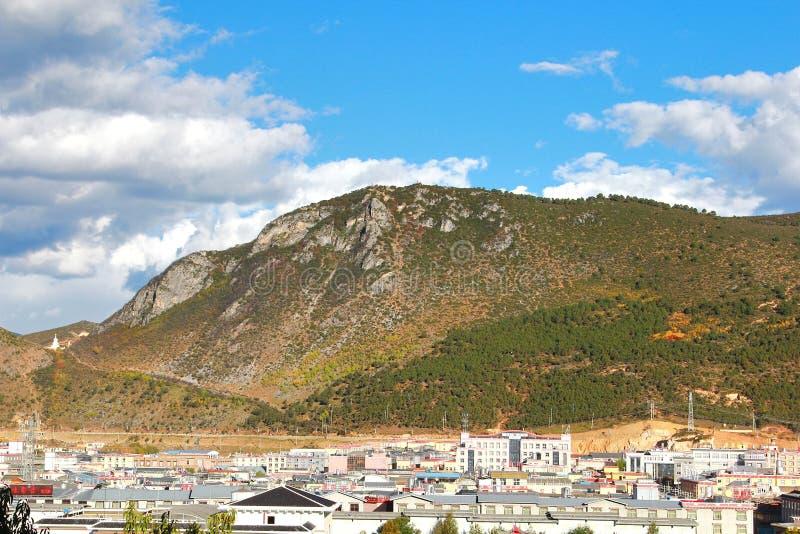 La belle vue dans Shangri-La, autrefois connu sous le nom de comté de Zhongdian, est la capitale de la préfecture autonome de Diq images stock