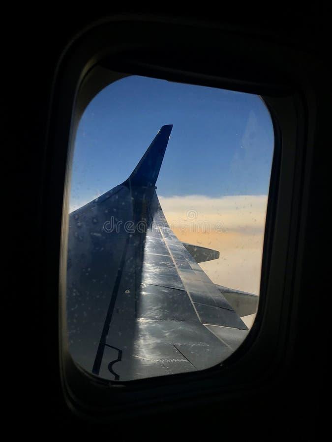 La belle vue de la fenêtre d'avion, grande aile des avions montre le tissu pour rideaux images stock