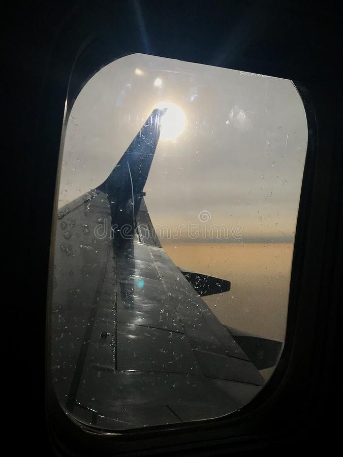 La belle vue de la fenêtre d'avion, grande aile des avions montre le tissu pour rideaux photo libre de droits
