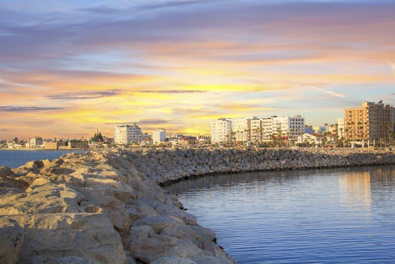 La belle vue de la rue principale de Larnaca et le Phinikoudes échouent en Chypre images libres de droits