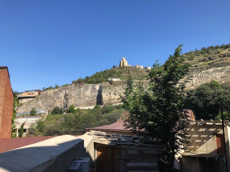 La belle vue de vieux Tbilisi Église sur une colline contre le ciel bleu photo stock