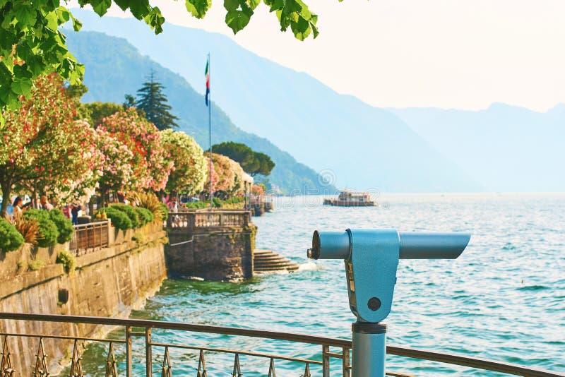 La belle vue ensoleillée d'été de la ville de Bellagio au lac Como en Italie avec l'oléandre de floraison de nerium fleurit, des  images stock