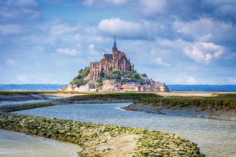 La belle vue panoramique de le célèbre Mont Saint-Michel de marée est photographie stock libre de droits