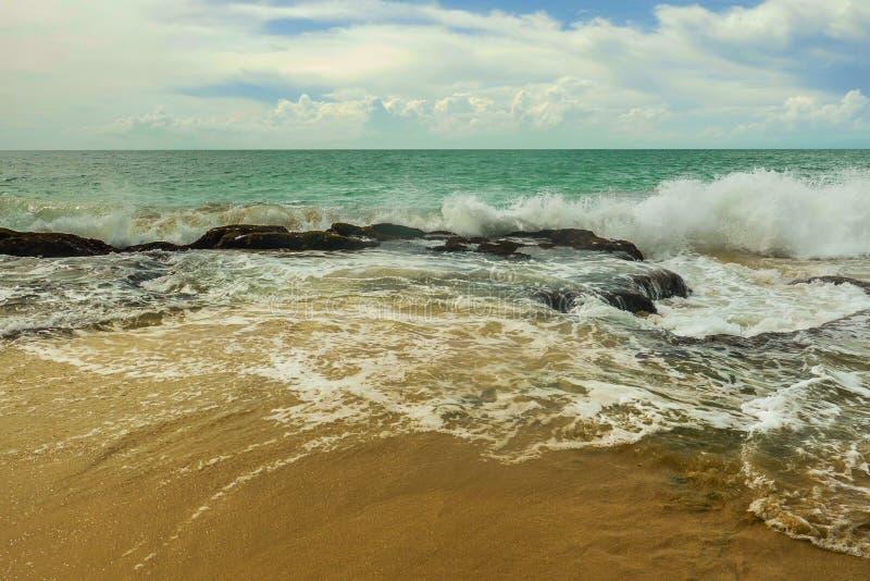 La belle vue scénique du bord de la mer rocheux au paradis tropical asiatique de plage de désert en Indonésie en quelques vacance image libre de droits