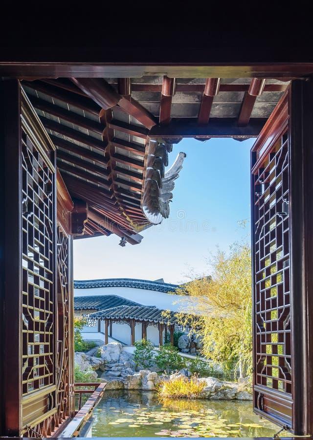 La belle vue scénique peut vu la fenêtre dans le jardin chinois de Dunedin au Nouvelle-Zélande images stock