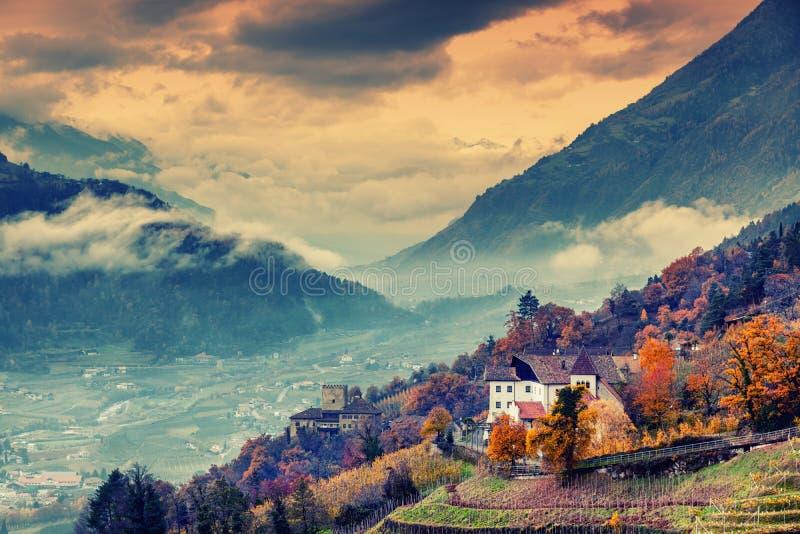 La belles montagne et ville aménagent en parc, le Tyrol du sud, Italie, Dolom photographie stock libre de droits