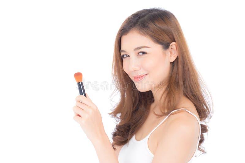 La belleza de la aplicación asiática de la mujer del retrato compone con el cepillo de la mejilla aislado en el fondo blanco imágenes de archivo libres de regalías