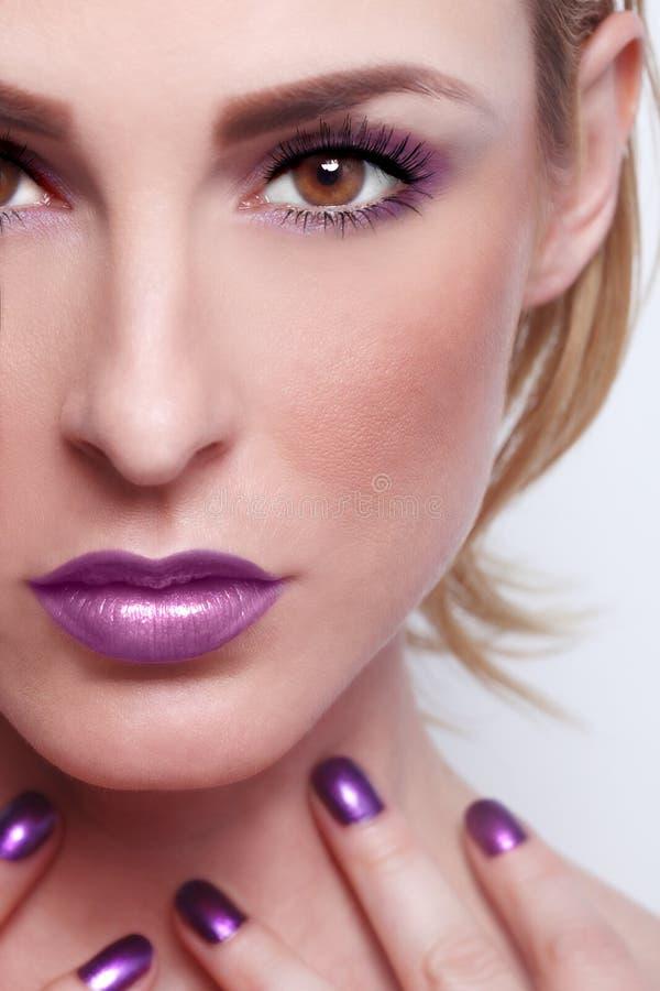 La belleza de la moda compone con los labios a juego y los clavos fotos de archivo libres de regalías