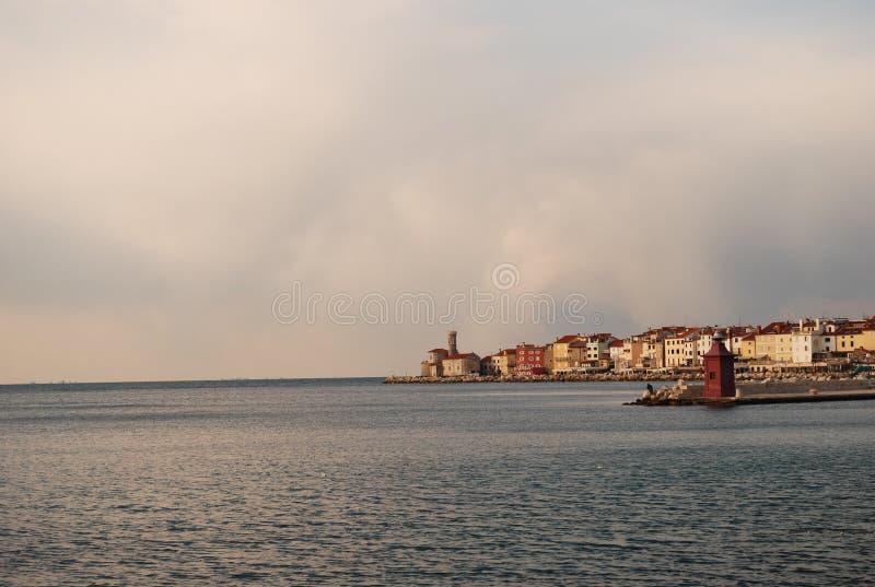 La belleza de las ciudades en el Adriático todavía encanta ser descubierta que en este caso estamos en el ¾ de Piran PortoroÅ en  imágenes de archivo libres de regalías