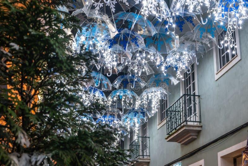 La belleza de los paraguas blancos iluminados por las luces de la Navidad que adornan las calles de Agueda Portugal fotos de archivo libres de regalías