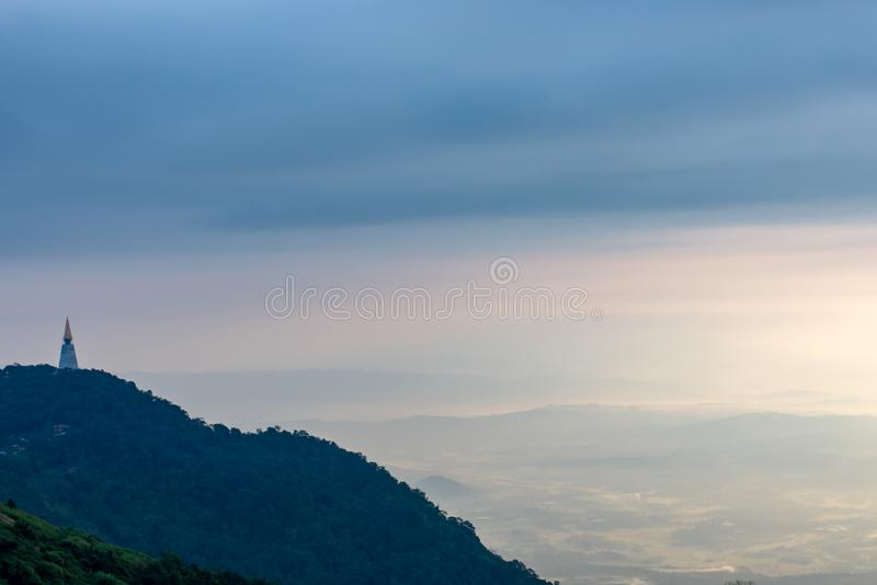 La belleza del cielo cuando la luz golpea las nubes y la montaña imagenes de archivo