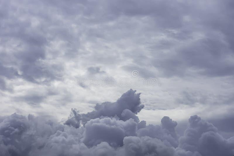 La belleza del cielo y de la nube de lluvia en el tiempo del día fotografía de archivo