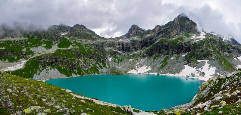 La belleza imponente del lago Kluger de la montaña fotografía de archivo libre de regalías
