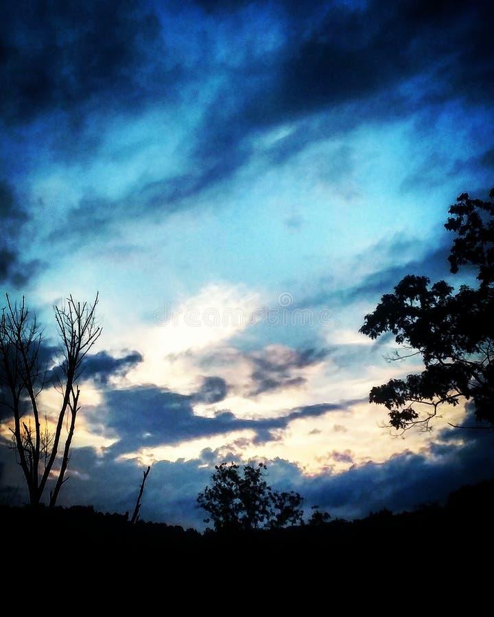 La belleza ocultada detrás de las nubes fotos de archivo