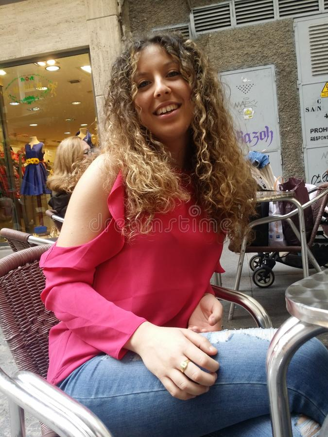 La belleza personalizada. La mujer guapa y preciosa terraza copas helado stock photo