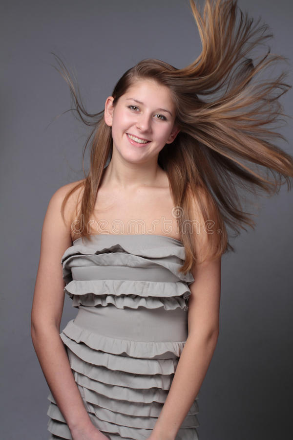 La belleza tiró de una mujer joven hermosa en el viento imágenes de archivo libres de regalías