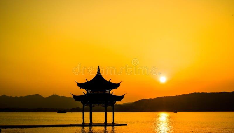 La bellezza del paesaggio del tramonto di silhouette del Lago occidentale Xihu e del padiglione di Hangzhou in Cina fotografia stock