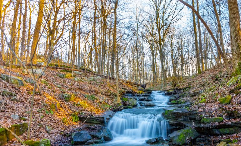 La bellezza della natura nascosta all'interno delle montagne fotografie stock