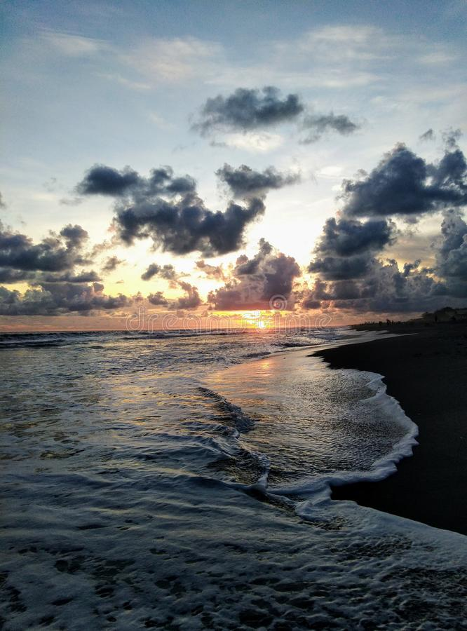 la bellezza della spiaggia con una vista del tramonto di estate fotografie stock