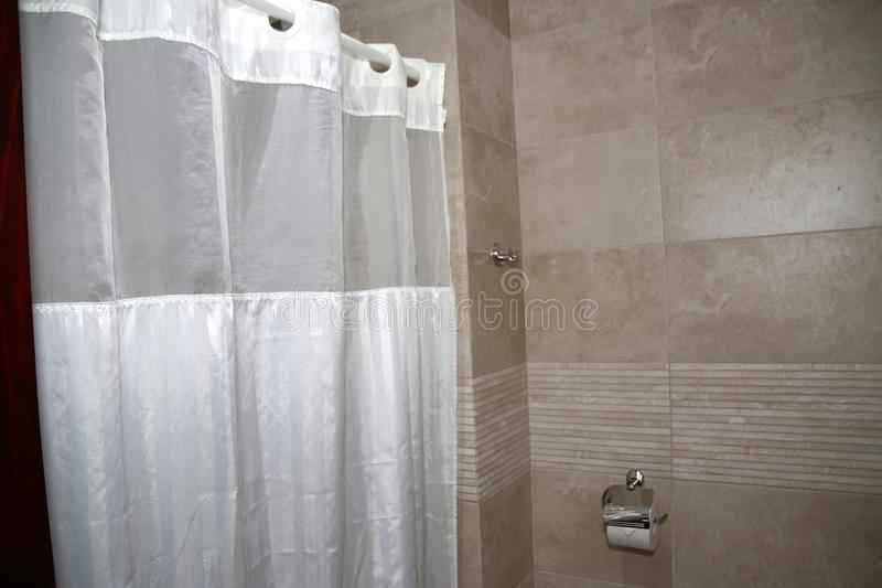 La bellezza di una doccia moderna con le tende bianche fotografia stock libera da diritti
