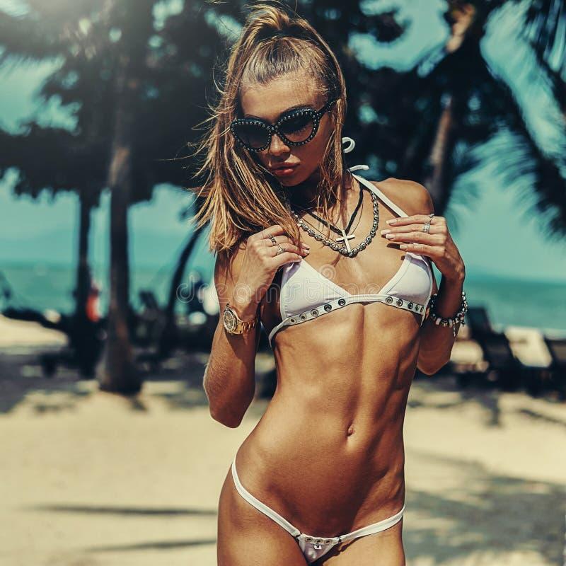 La bellezza sexy ha modellato il ritratto della donna del ypung sulla spiaggia dell'estate fotografia stock
