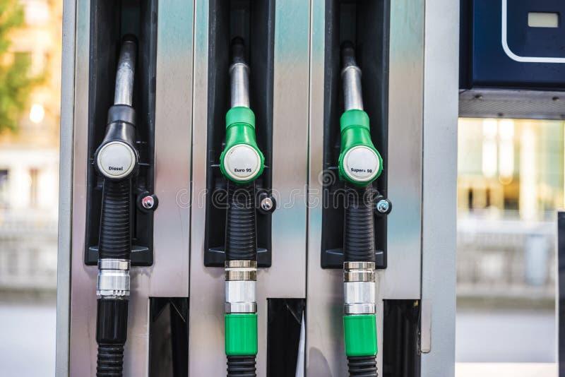 La benzina ed il diesel annaffia in una stazione di servizio a Bruxelles, Belgio fotografia stock