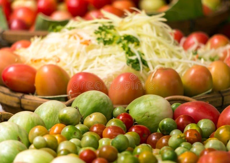 La berenjena, tomate, papaya es materias primas para la ensalada de la papaya imagen de archivo