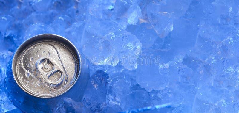 La bevanda può ghiacciato sommerso in ghiaccio di gelo, bevanda dell'alluminio del metallo fotografia stock