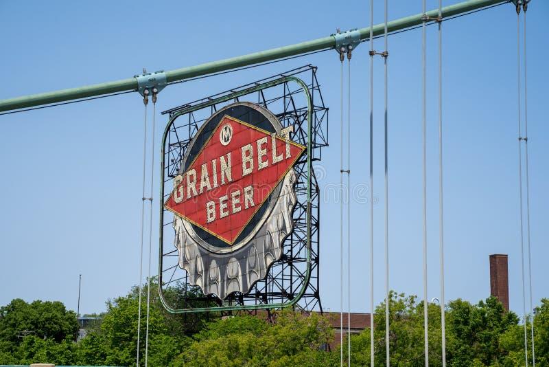 La bière iconique de ceinture de grain signent à Minneapolis du centre, sur les banques du fleuve Mississippi photos stock