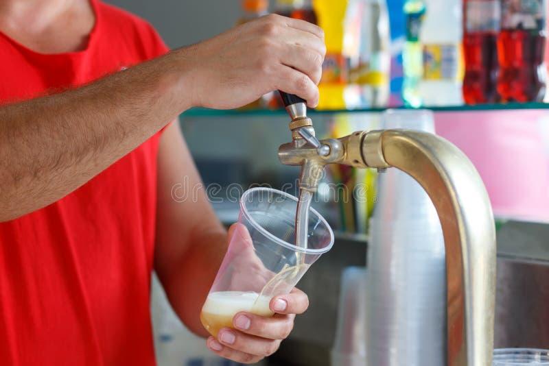 La bière pression versent photo libre de droits