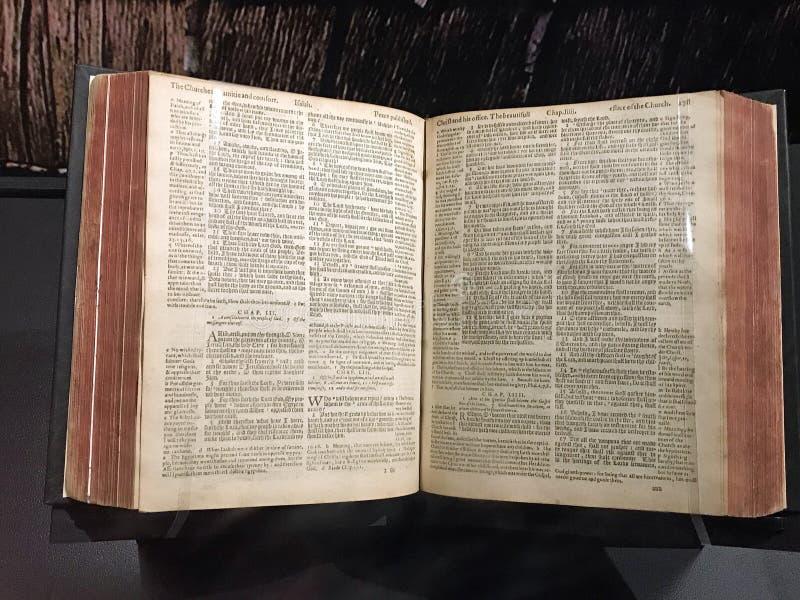 La bibbia di Ginevra del puritano popolare con i puritani ed i pellegrini fotografie stock
