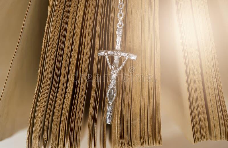 La bibbia santa con il rosario borda su fondo di legno fotografie stock libere da diritti