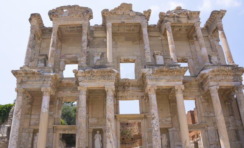 La biblioteca de Celsus en ruinas viejas de la ciudad antigua de Ephesus en el día soleado, Esmirna, Turquía Se?al famosa del tur foto de archivo libre de regalías
