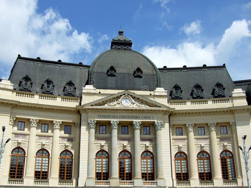 La biblioteca de universidad central de Bucarest imagenes de archivo