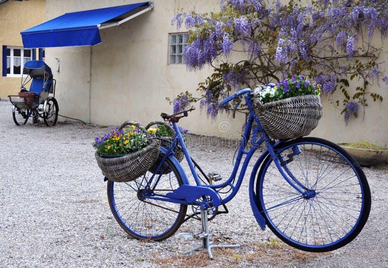 La bici azul foto de archivo libre de regalías