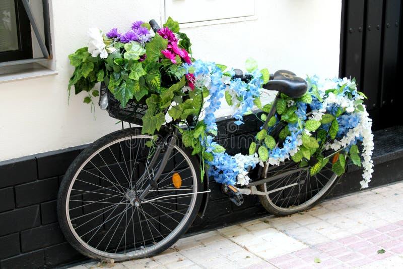 La bici d'annata dei fiori immagine stock