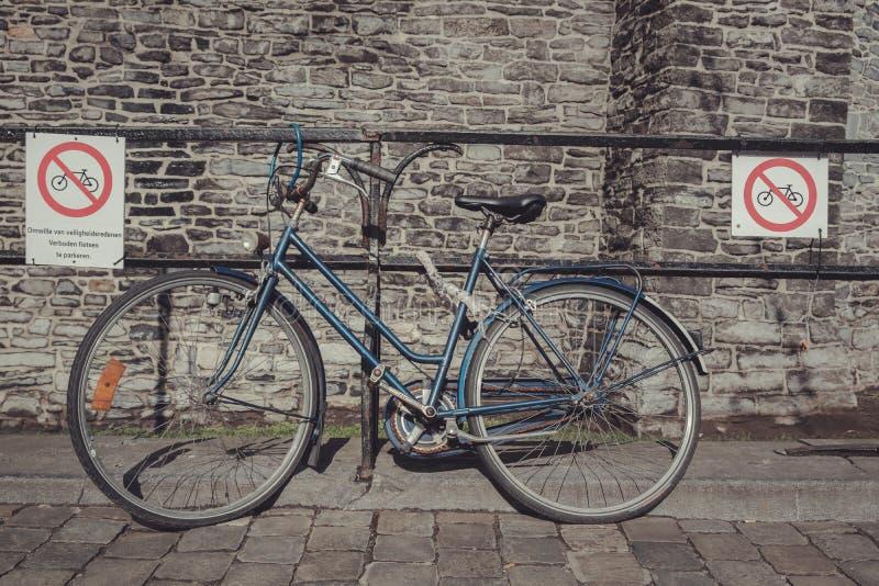La bici parcheggiata trascura i segni di proibizione di parcheggio fotografia stock libera da diritti
