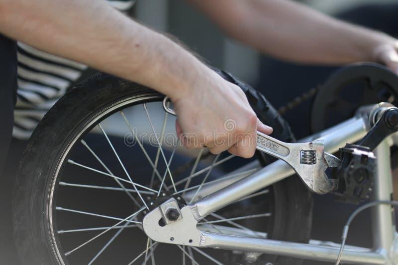 La bici ripara le loro proprie mani immagine stock libera da diritti
