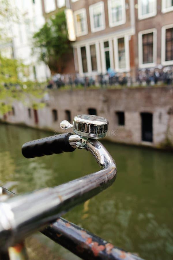 La bicicleta con la campana vieja se coloca cerca del canal de la ciudad en Utrecht, fotografía de archivo libre de regalías