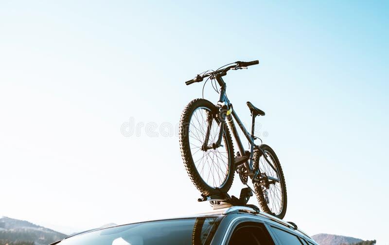 La bicicleta de la montaña fijada con el tejado montó los portadores de la bici instalados fotos de archivo libres de regalías