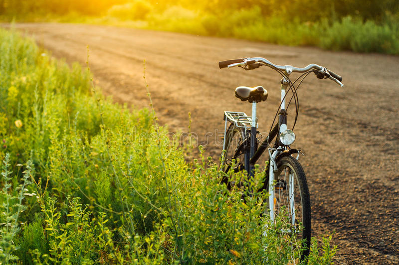 La bicicleta fija del engranaje en la reflexión parqueó en el camino bici del vintage imagen de archivo libre de regalías