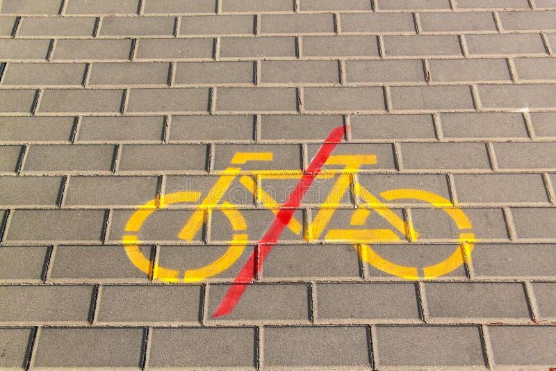 La bicicleta prohíbe símbolo en el pavimento concreto Señales de tráfico acera Prohibición del montar a caballo de la bicicleta fotos de archivo libres de regalías