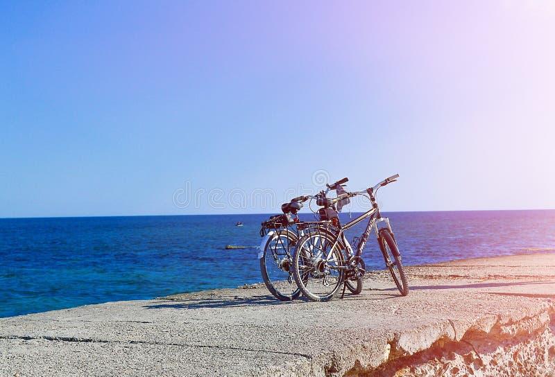 La bicicleta se coloca en el embarcadero concreto fotografía de archivo libre de regalías