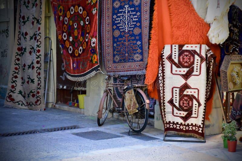Download La Bicicletta Ha Parcheggiato Davanti Ad Un Deposito Della Coperta A Atene, Grecia Immagine Stock - Immagine di retro, shopping: 56887583