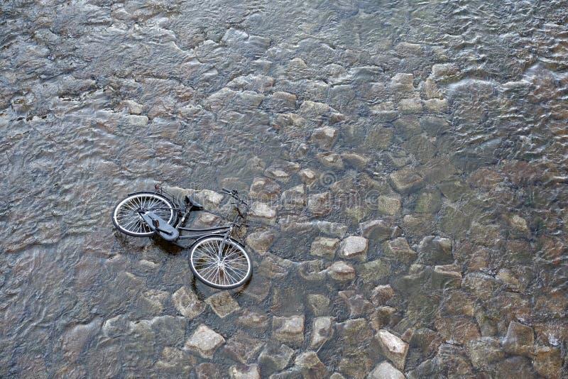 La bicicletta ha scaricato nel fiume, Kyoto Giappone immagine stock