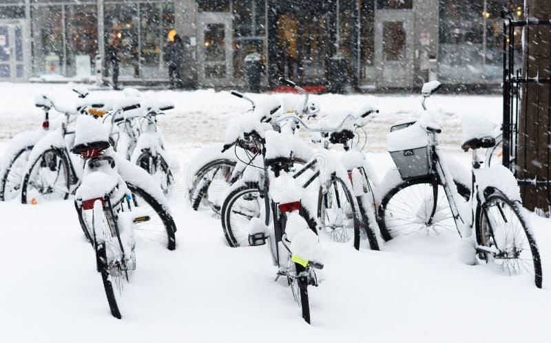 La bicyclette complètement couverte de neige s'est garée au central de Stockholm image libre de droits