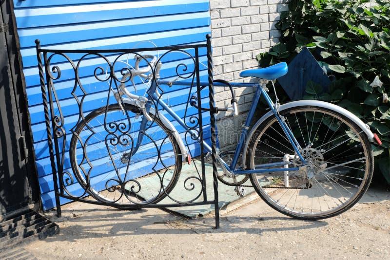 La bicyclette de ville a fixé la vitesse et le mur de briques rouge, vélo de vintage Rétro recyclage élégant en ville photos stock